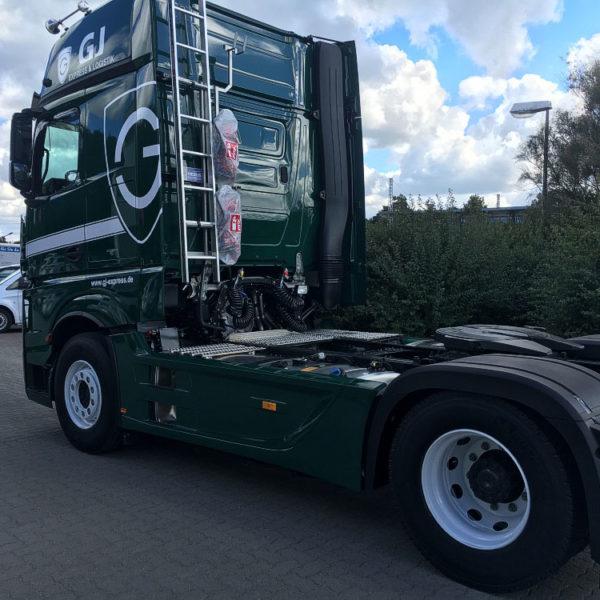 grüner LKW ohne Trailer