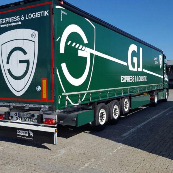 grüner LKW von hinten